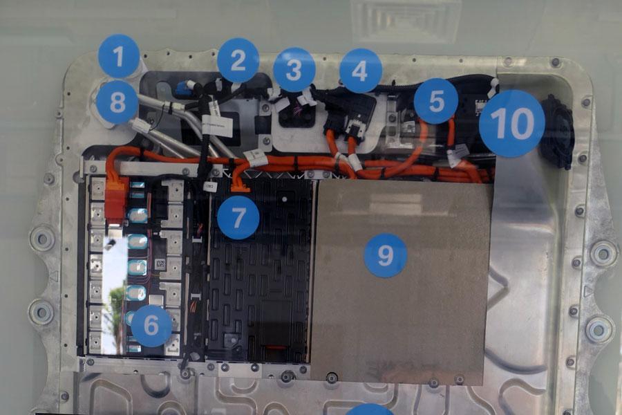 拆解宁德时代811动力电池包 解析内部结构和细节